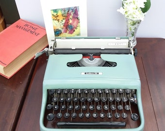 Vintage typewriter Olivette Lettera 22, working portable, manual typewriter. made in Great Britain