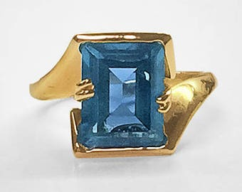 Art Moderne at its best! Never worn vintage Geometric Yellow Gold Ring semi-bezel and prong set with a step cut Blue Spinel of deep blue hue
