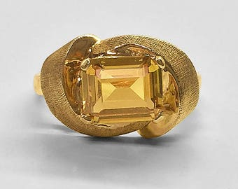 Vintage 10K Yellow Gold florentined and bright polished Ring horizontally prong set with a lab created Golden Citrine (topaz) circa 1960