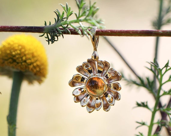 Yellow gold daisy pendant with citrine, delicate flower pendant, gold pendant for woman, citrine pendant, daisy jewelry, jewelry gift