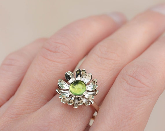 White gold flower ring with peridot, delicate proposal ring, gold ring for woman, daisy flower ring, nature engagement ring, ring for women