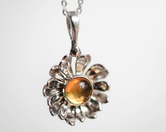 White gold daisy pendant with citrine, delicate flower pendant, gold pendant for woman, citrine pendant, daisy jewelry, jewelry gift for her
