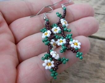Hand Beaded Native American Dangle Earrings - Daisies - Vintage