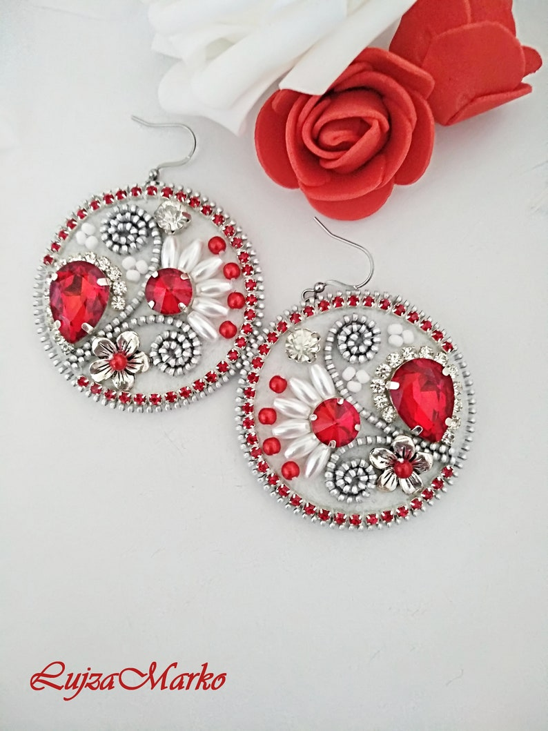 Red/&white zipper folk round earrings