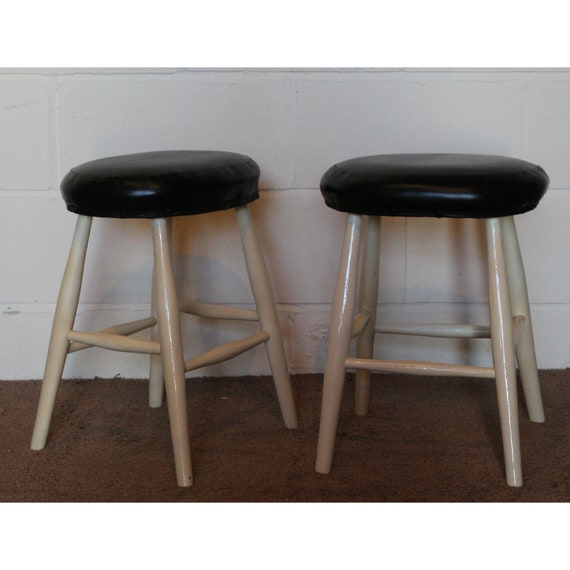 Sensational A Pair Of Victorian Painted Pine Kitchen Stools With Leatherette Seat Covers Evergreenethics Interior Chair Design Evergreenethicsorg