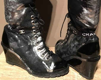 """Retail: 2,875 USD - CHANEL Black Patent Leather Metallic Pony Hair Boots Logo Hardware """"CHANEL"""" Logo Ankle 9.5 (39.5 Euro) **Very Rare**"""