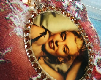 """""""Wear art"""" pendant depicting Marilyn Monroe. Necklace with Murano glass beads, with eyelet in tatting"""