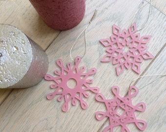 Décorations de Noël ou de sapin en forme de flocons géométriques en PMMA (Plexiglas) rose mat découpé - Lot de 3