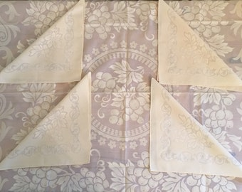 Beautiful Vintage Tablecloth With 4 Napkins