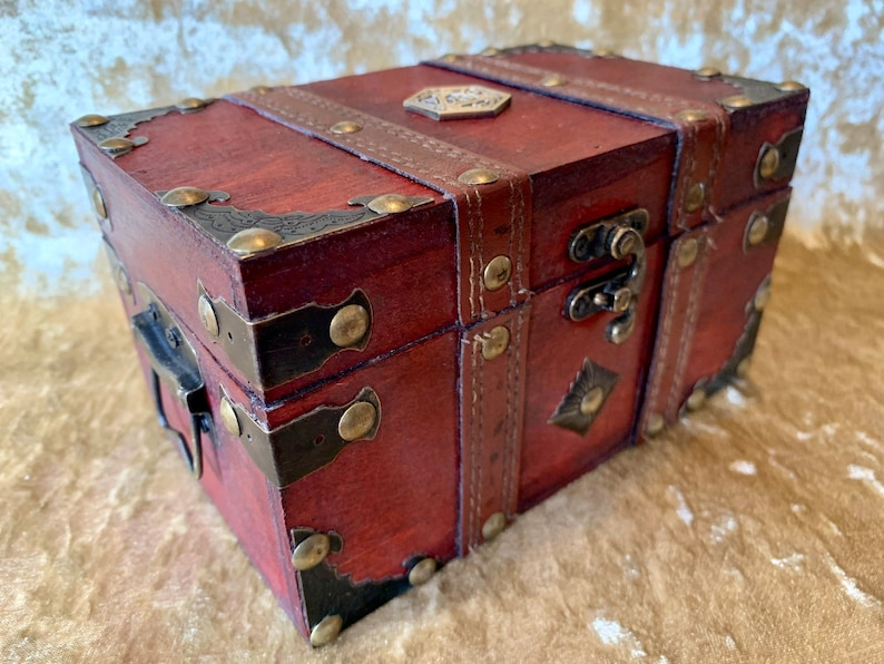 Dungeons and Dragons Chest with metal D20 Crit Coin Trinket image 0