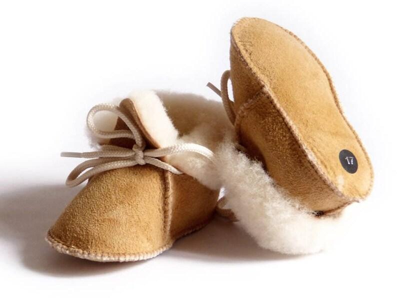 21f11292ff2ab Chaussons bébé beige en peau de mouton cuir