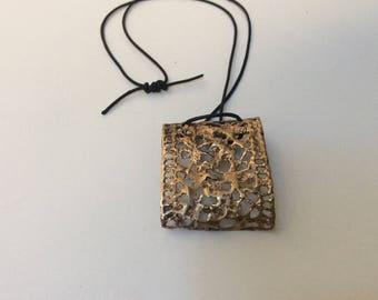 Χειροποίητο μενταγιόν αποτύπωμα δαντέλας ,ορειχαλκος / Handmade necklace lace , brass