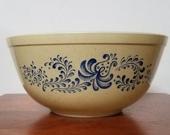 Vintage Pyrex 403 Mixing Bowl in Homestead