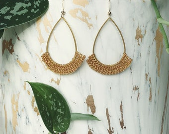 Hanging earrings crocheted entirely with gold thread for woman's tall model