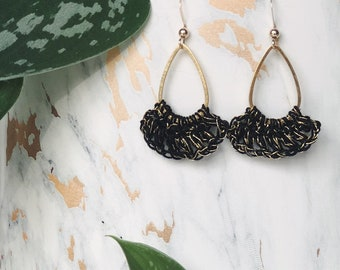 Hanging earrings crocheted with black lace yarn and gold thread for small-style women