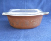 Pyrex Heritage Early Americana 1 1 2 Quart Casserole with Lid 043 Colonial Brown with Gold Designs