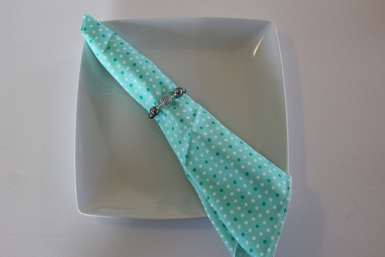 Perfect for spring Easter or Mother/'s Day Bright and cheerful colors will brighten any table setting. Green wdots cloth dinner napkins