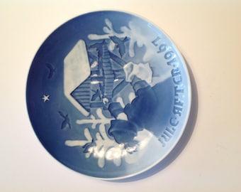 "Bing Grondahl plate - Blue - Feeding Birds 1967 ""Fuglenes Jul"""