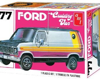 Plastic Model Kit: AMT-1108 1977 Ford Cruising Van Model Kit