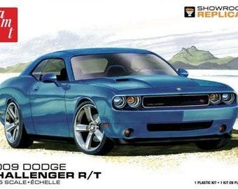 Plastic Model Kit AMT-1117 2009 Dodge Challenger R/T Model Mopar