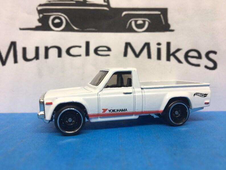 Hot Wheels /& Display Case Mazda REPU Pick Up Truck WHITE
