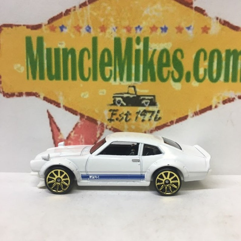 Hot Wheels /& Display Case Ford Maverick GT Hot Rod WHITE
