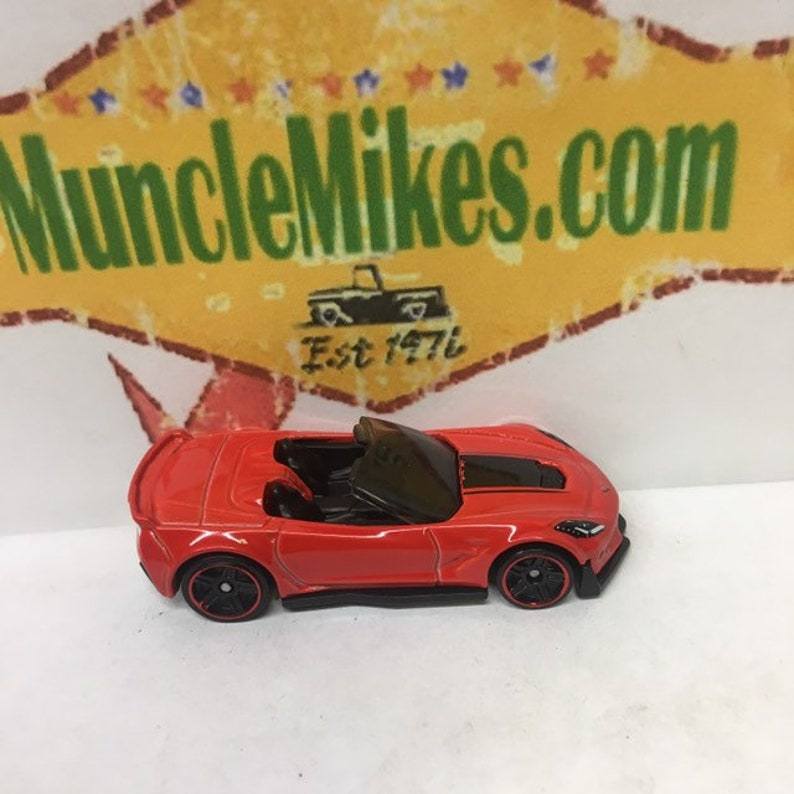 Hot Wheels /& Display Case Chevy Corvette C7 Z06 Convertible RED