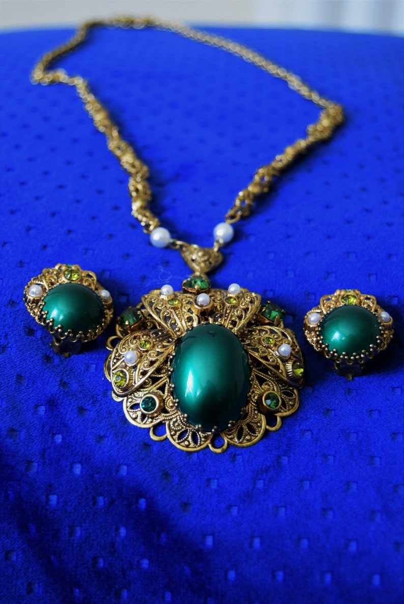 Germany emerald green cabochon necklace /& earring set Gorgeous W