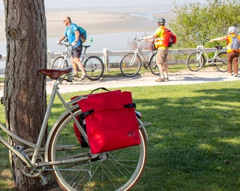 Unisex Backpack for cylists and waterproof rear bikebag in red