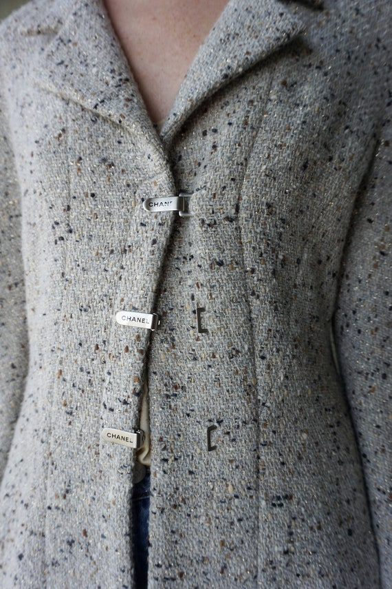 1990s CHANEL Gray Tweed Boucle Jacket with Gold L… - image 2
