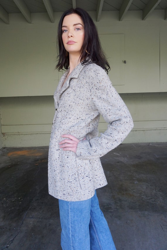 1990s CHANEL Gray Tweed Boucle Jacket with Gold L… - image 5