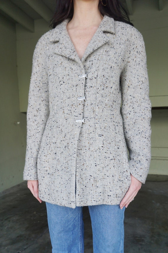 1990s CHANEL Gray Tweed Boucle Jacket with Gold L… - image 4