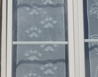 Curtain glazed cat paws