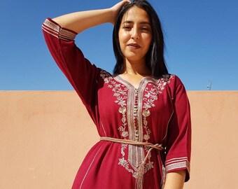 02ea40b4703 Superbe caftan bordeaux marocain avec des broderies dorés