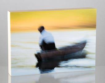 Pêcheur sur le fleuve Lemro, Myanmar, monté sur panneau de bois