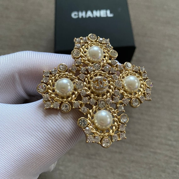 Classic Chanel crystals & pearls  brooch pin