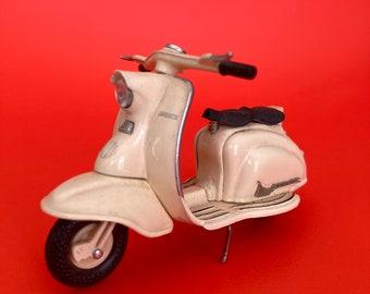 Vintage diecast cream metal Lambretta scooter model miniature 5cm high x 10cm long 1950s scooters