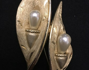 Vintage gold tone calla lily brooch with faux pearls