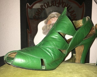 Vintage 1940s Pano-Down Denver kelly green leather art deco heels with with peek toe and cut out details