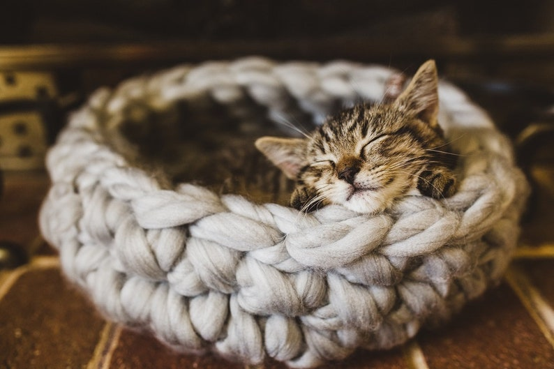 100% natural wool  Chunky crochet cat bed grey image 0