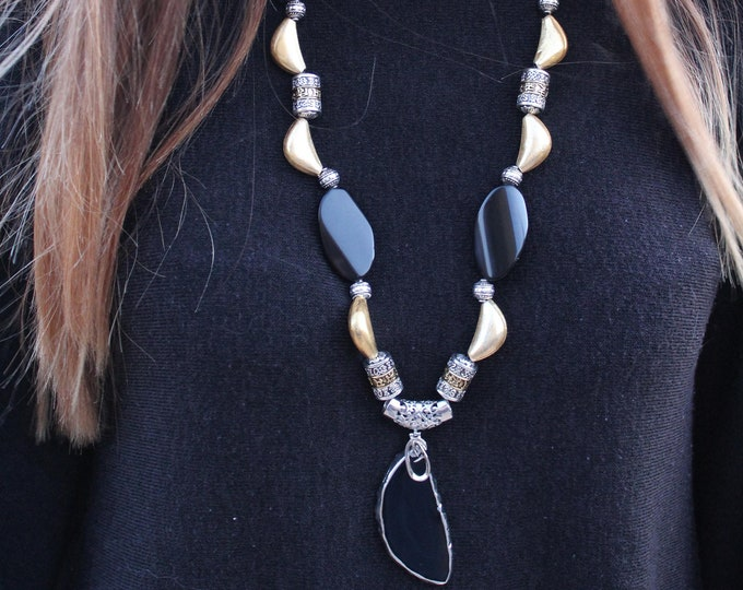 Long necklace with agate semiprecious stones of Botswana and pendant.