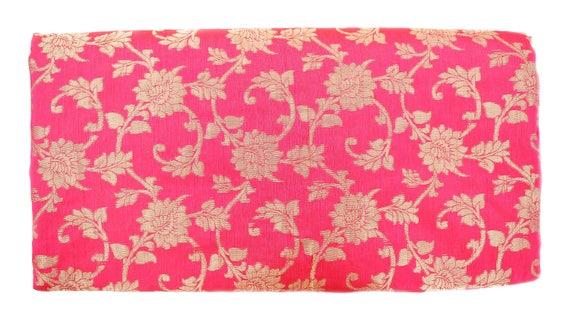 fa00deb46257 ... Par la Cour de soie brocart indien tissu rose et or Floral tissage -  tissus indien