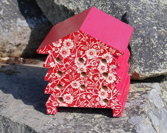 Red & White Retro Flower - Wooden Bee Hive House - Insect House - Bug Hotel - Bee House - Gardening Gifts - Garden - Scottish Gifts