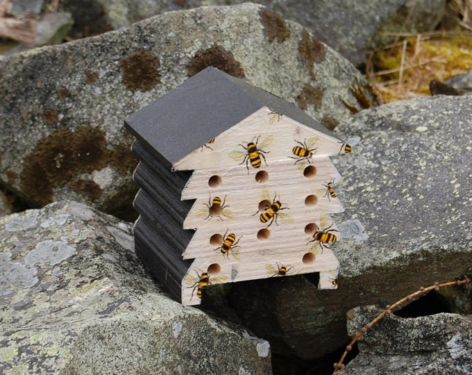 Busy Bees Honey Bumble Bee - Wooden Bee Hive House - Insect House - Bug Hotel - Bee House - Gardening Gifts - Garden - Beehive