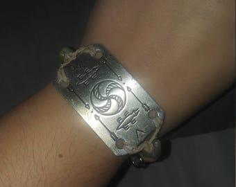 Beaded bracelt with metal plate
