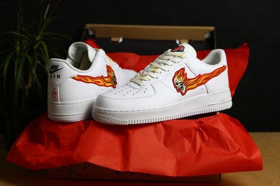 Flaming Skull AIR FORCE 1 weiß Low Nike Custom Sneakers, Hypebeast, Rock n' Roll, handgefertigt, Kunstwerk, Streetwear, Tritte benutzerdefinierte
