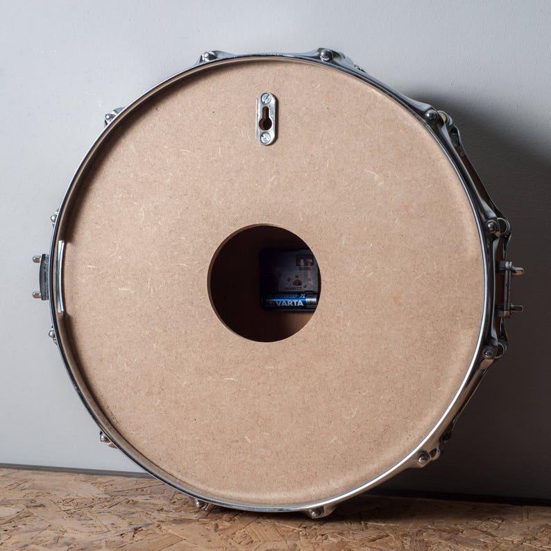 Snare drum Clock Slim-orange sur fond noir