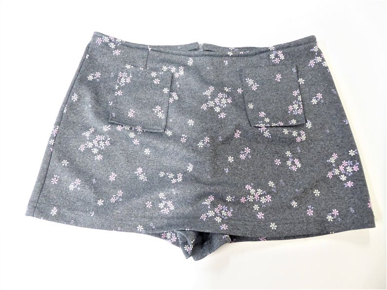 2b11cb1df528 90s Floral Skorts Women s Size Large Gray Pink White
