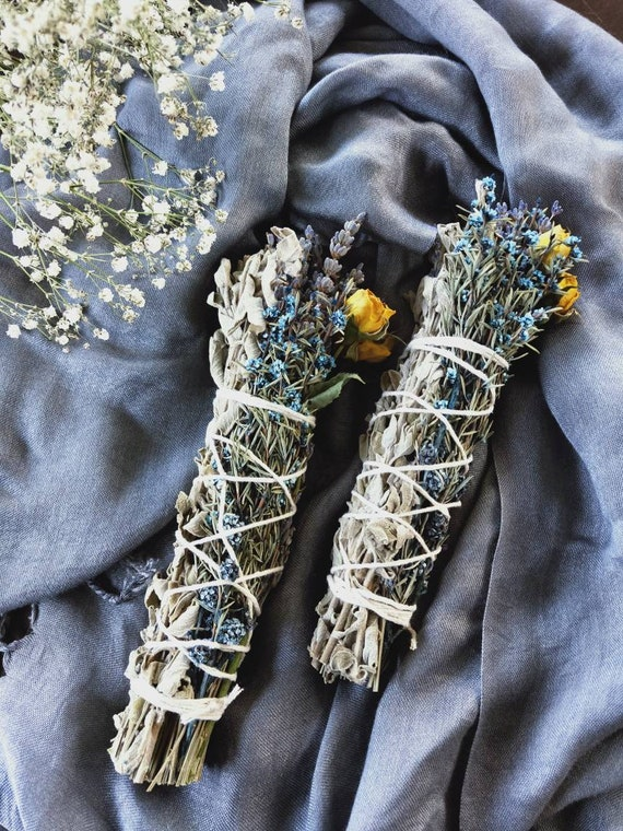 1 pc 'Winter solstice' smudge stick made with Sage, Organic dry lavender, Roses and Bush flowers, cleansing, alter, spiritual well-being