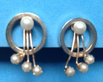 Vintage gold tone & costume pearl screw on earrings 1 inch by 5/8 inches
